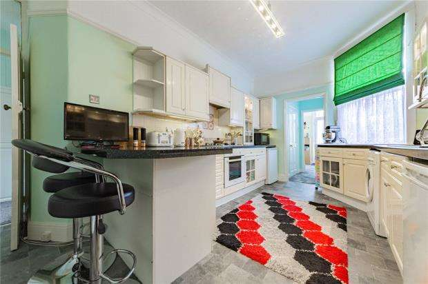 2 Bedrooms Apartment Flat for sale in Southview Drive, Westcliff-on-Sea, Essex