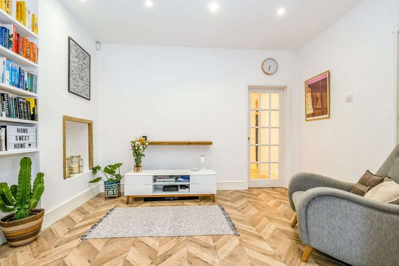 2 Bedrooms Flat for sale in Aldborough Road South, Ilford, London, IG3
