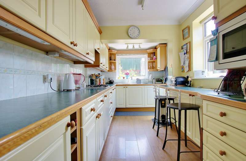 3 Bedrooms Semi Detached House for sale in REQUESTED LOCATION! BEAUTIFUL GARDEN! EXTENDED KITCHEN!