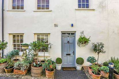 2 Bedrooms House for sale in White Hart Mews, High Street, Chipping Norton, Oxon