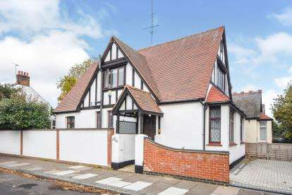 3 Bedrooms Detached House for sale in Southend-On-Sea, ., Essex