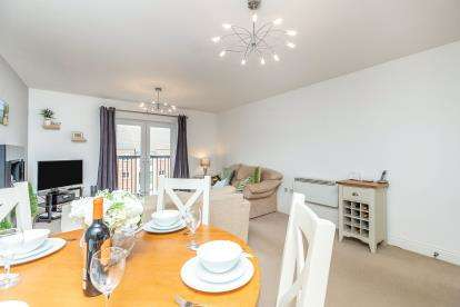 2 Bedrooms Flat for sale in Cape Court, Chandley Wharf, Warwick, Warwickshire