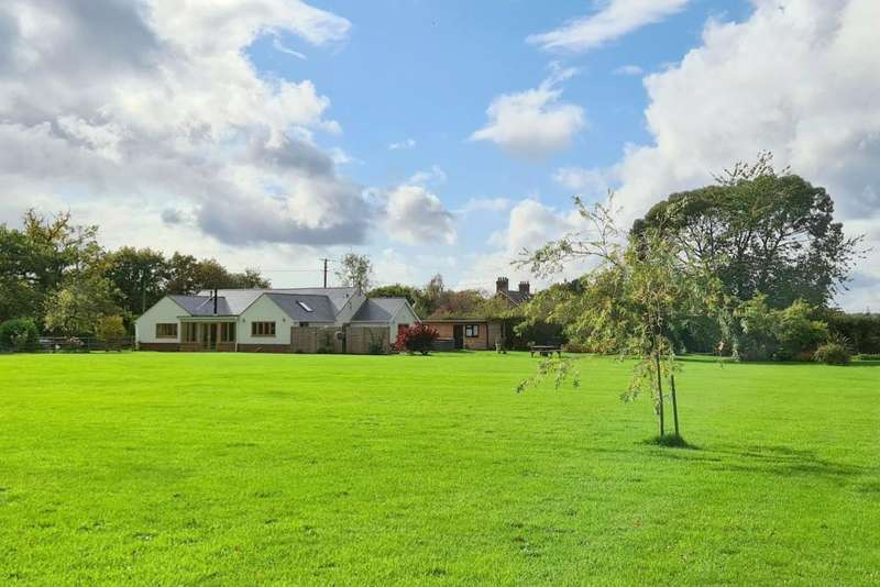 3 Bedrooms Bungalow for sale in Barrack Lane, Crow, Ringwood, BH24 3ES
