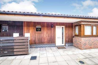 2 Bedrooms Bungalow for sale in Dagenham, Essex, .