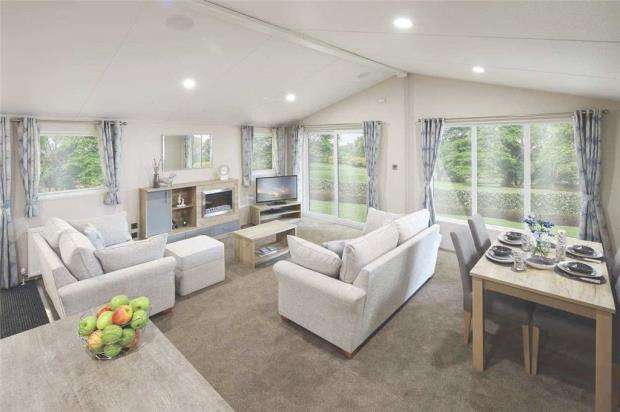 2 Bedrooms Detached House for sale in Evergreen, London Road, Clacton-On-Sea