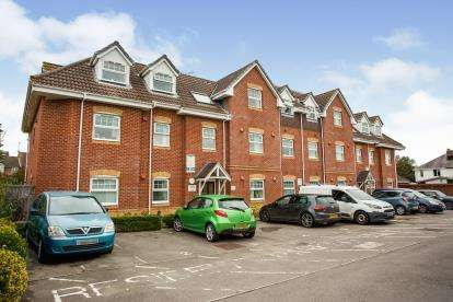 2 Bedrooms Flat for sale in Sarisbury Close, Eastleigh, Hampshire