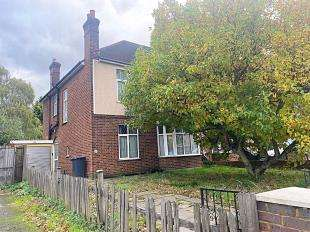 4 Bedrooms Semi Detached House for sale in Bromley Road, London