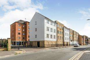2 Bedrooms Flat for sale in Russell Quay, West Street, Gravesend, Kent