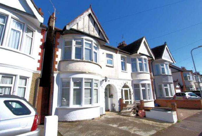 2 Bedrooms Flat for sale in Claremont Road, Westcliff on Sea, Essex, SS0 7DZ
