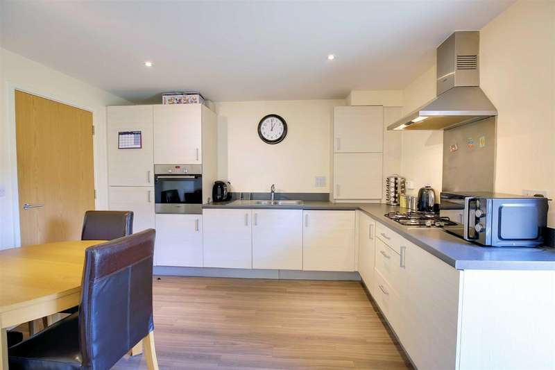 2 Bedrooms Flat for sale in Blenheim Square, North Weald