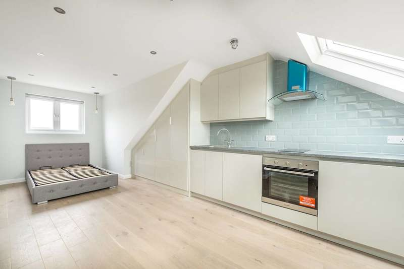 Studio Flat for rent in Kneller Road, Whitton, TW2