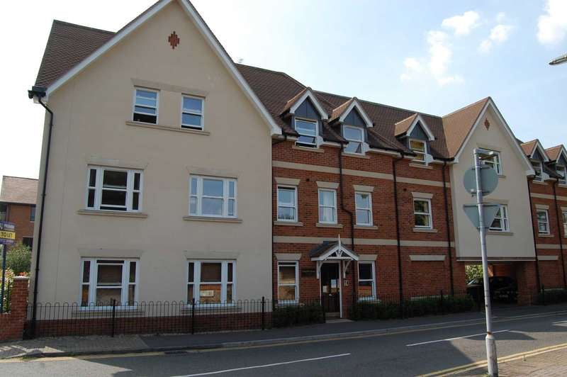 2 Bedrooms Apartment Flat for rent in ADDLESTONE