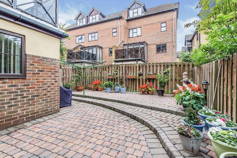 3 Bedrooms End Of Terrace House for sale in Hathaway Court, Esplanade, Rochester, Kent, ME1