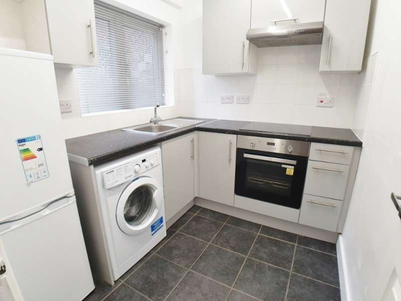 2 Bedrooms Flat for rent in Station Road, Kenilworth