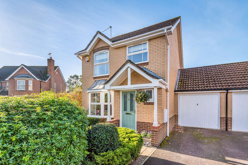 3 Bedrooms Semi Detached House for sale in Whitebeam Close, Colden Common
