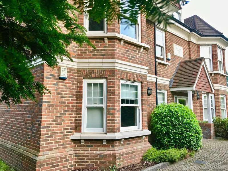 2 Bedrooms Flat for rent in Hill Rise Court, Park Rise, Leatherhead, Surrey, KT22 7HE