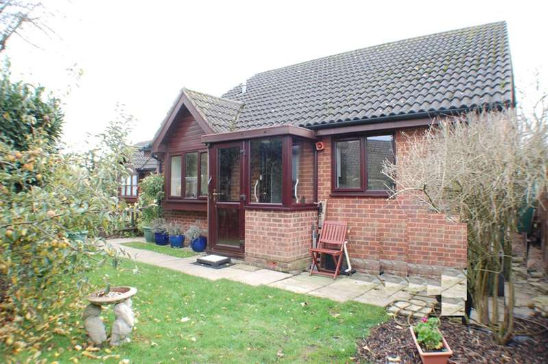 2 Bedrooms Detached House for sale in Garden Close, Woolmer Green