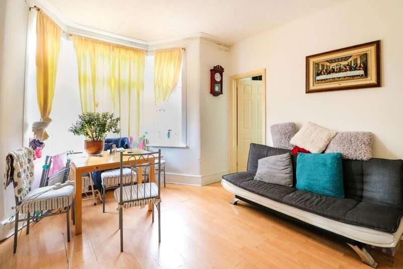 2 Bedrooms Flat for sale in The Drive, Ilford, IG1