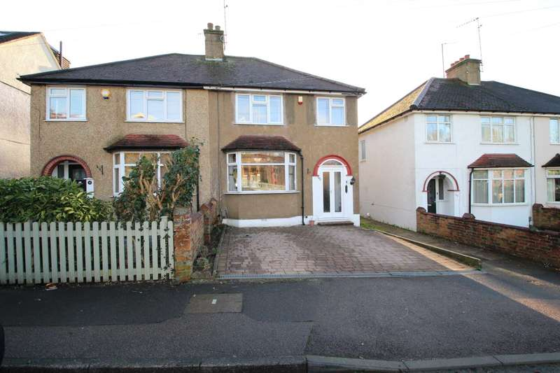 3 Bedrooms Semi Detached House for rent in Town centre location