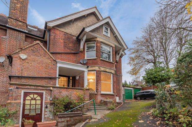 2 Bedrooms Maisonette Flat for sale in Rectory Avenue, High Wycombe, Buckinghamshire