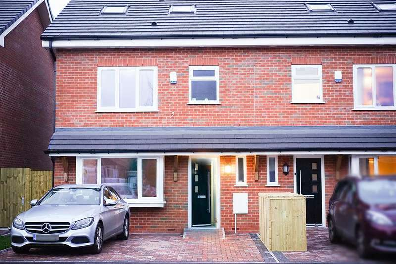 4 Bedrooms End Of Terrace House for sale in Mode Hill Lane, Whitefield, Manchester
