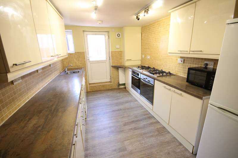 8 Bedrooms Terraced House for rent in Brudenell Avenue, Hyde Park, Leeds, LS6 1HD