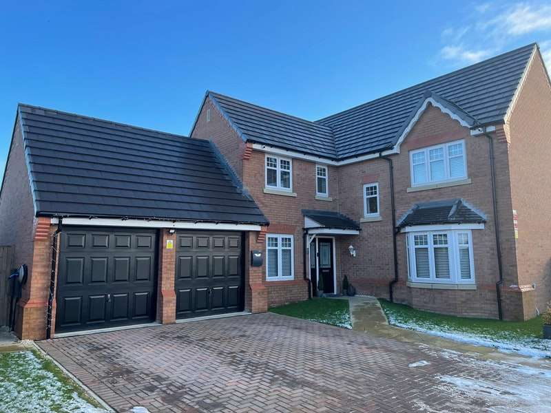 4 Bedrooms Detached House for sale in Amberwood Chase, Dewsbury, West Yorkshire, WF12