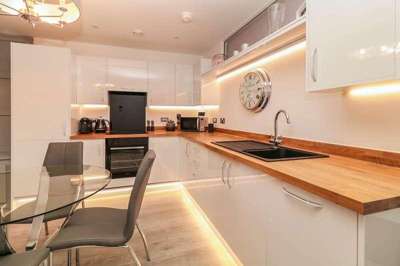 2 Bedrooms Flat for sale in Edinburgh Gate, Harlow, Essex, CM20