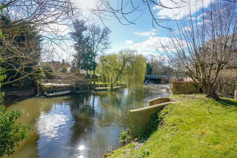 2 Bedrooms Flat for sale in Whittets Ait, Weybridge, Surrey, KT13