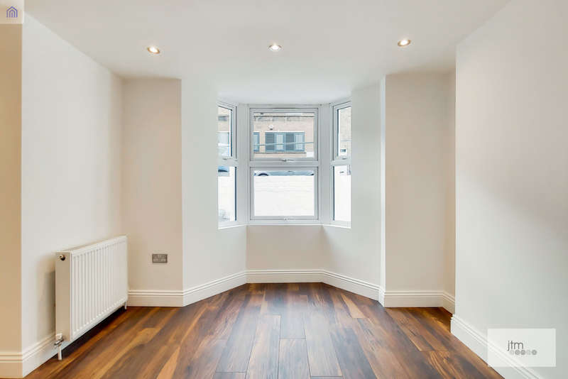 3 Bedrooms Flat for sale in Windermere Road, London