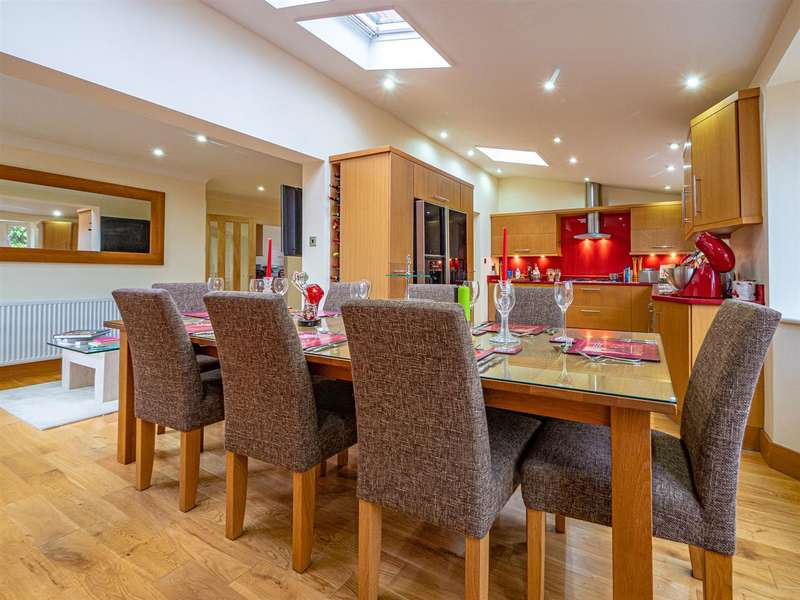 4 Bedrooms Detached House for sale in Bacchus Lane, South Cave, Brough