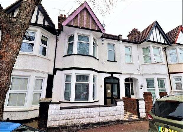 3 Bedrooms Terraced House for sale in Beedell Avenue, Westcliff on sea, Westcliff on sea, SS0 9JS
