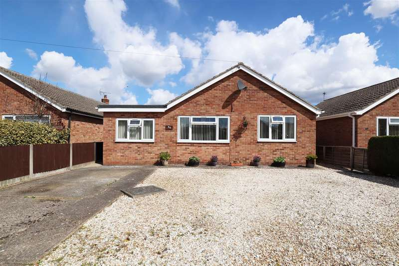 3 Bedrooms Detached Bungalow for sale in Hilltop Close, Eagle, Lincoln
