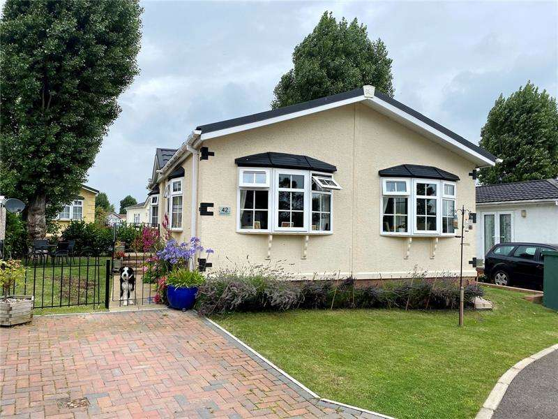 2 Bedrooms Park Home Mobile Home for sale in Halcyon Park, Pooles Lane, Hullbridge, Essex, SS5