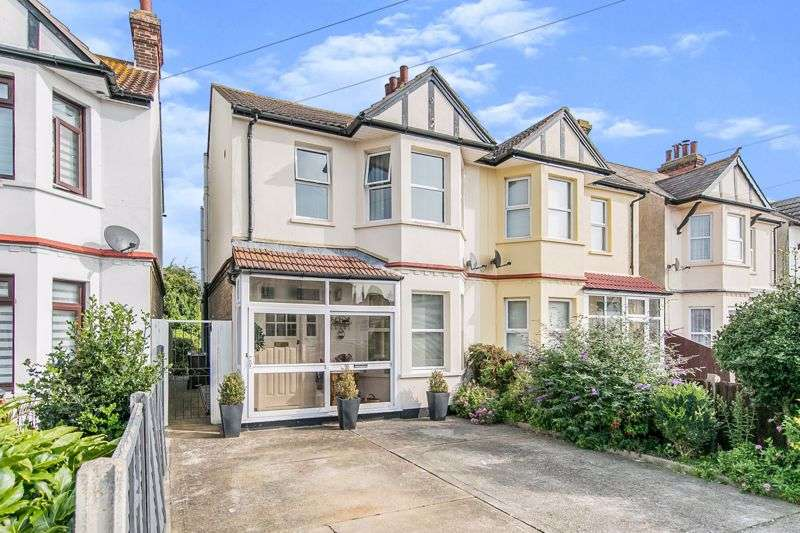 4 Bedrooms Property for sale in West Avenue, Clacton-On-Sea CO15