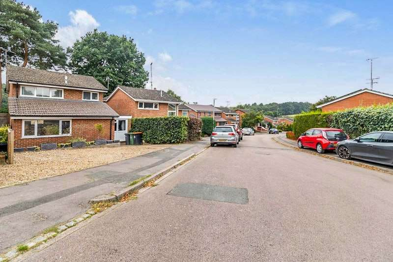 3 Bedrooms Detached House for sale in Abbey Walk, Leighton Buzzard, Bedfordshire, LU7