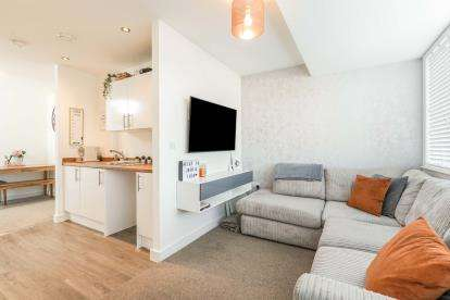 2 Bedrooms Flat for sale in St Edwards Way, Romford, Havering