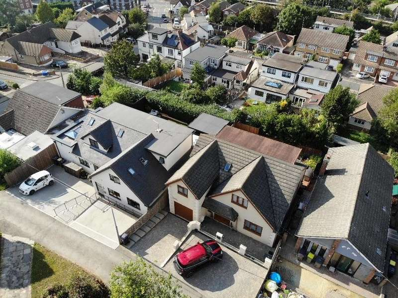 4 Bedrooms Detached House for sale in Hillview Road, Rayleigh