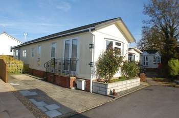 2 Bedrooms Detached Bungalow for sale in A fantastic opportunity to buy a modern, fully fitted park home for the over 50's in the beautiful Georgian town of Alresford. Vacant possession offered.