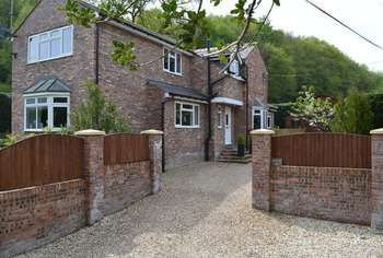4 Bedrooms Detached House for sale in Singrett Hill, Llay, Wrexham