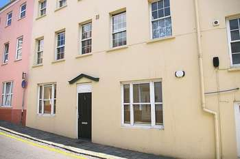 2 Bedrooms Flat for sale in St Peter Port