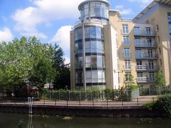 2 Bedrooms Apartment Flat for rent in The Meridian, Kenavon Drive, Reading, Berkshire, RG1
