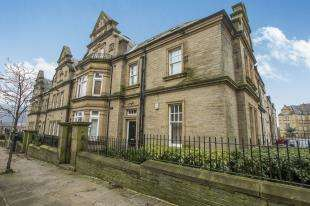 2 Bedrooms Flat for sale in Clare Court, Prescott Street, Halifax, West Yorkshire