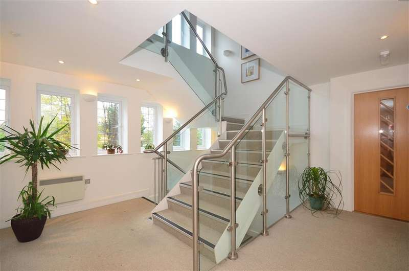 2 Bedrooms Flat for sale in Camborne Road, South Sutton, Surrey