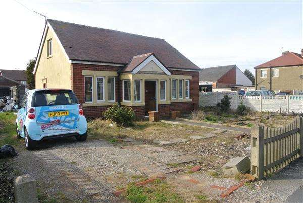 3 Bedrooms Bungalow for sale in Common Edge Road, Blackpool