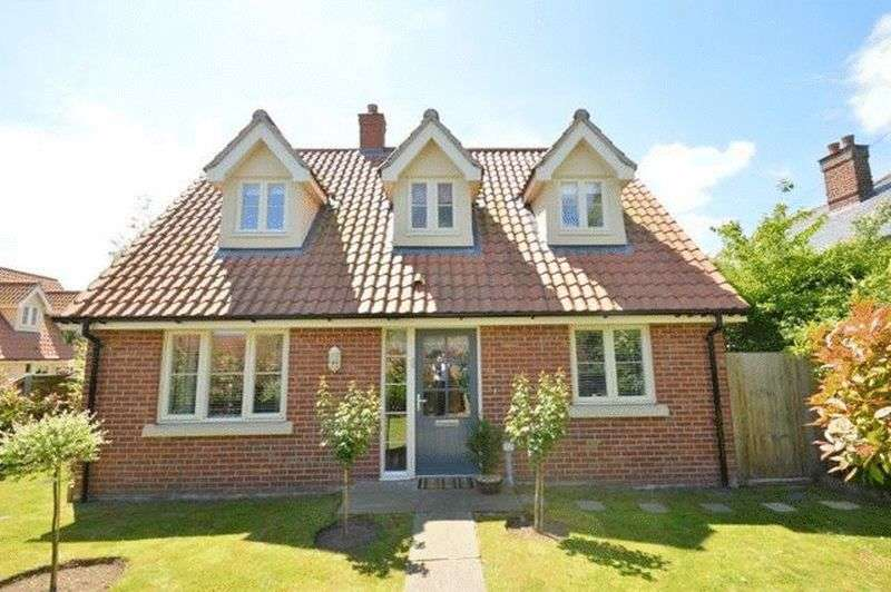 3 Bedrooms Property for sale in Norwich Road, New Costessey