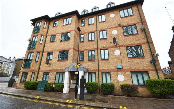 2 Bedrooms Flat for sale in Chiswick Court, 1A Silver Crescent, London