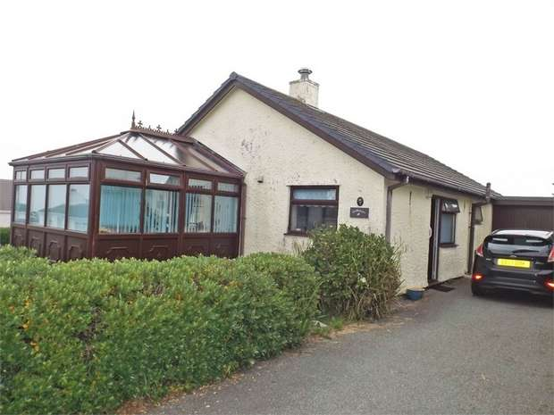 3 Bedrooms Detached Bungalow for sale in Craig Ddu Estate, Amlwch, Anglesey
