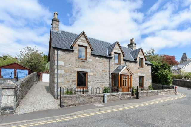 5 Bedrooms Detached House for sale in 19 Toberargan Road, Pitlochry, Perthshire, PH16 5HG