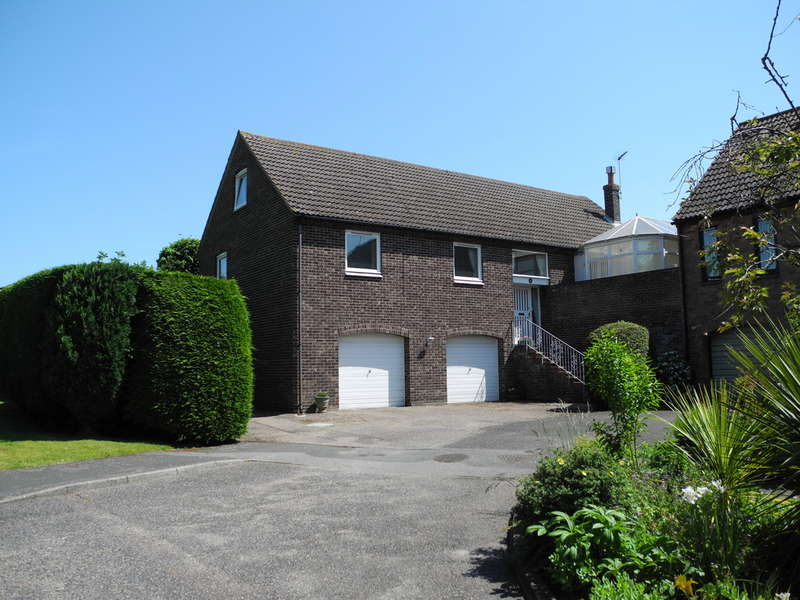 5 Bedrooms Detached House for sale in 12 The Walnuts